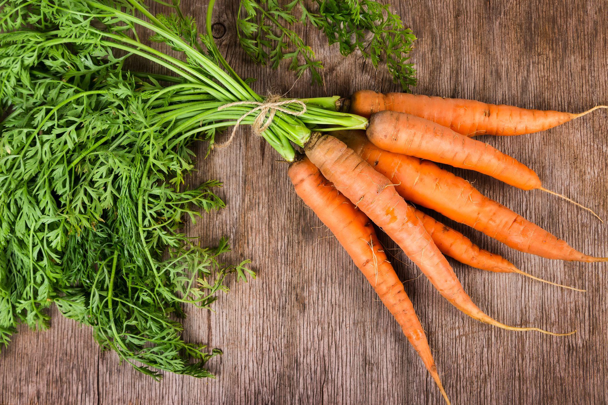 Las zanahorias son ricas en betacarotenos que contribuyen a la salud ocular y de la piel.