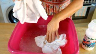 Eliminar el amarilleo de la ropa blanca - Lavado a mano