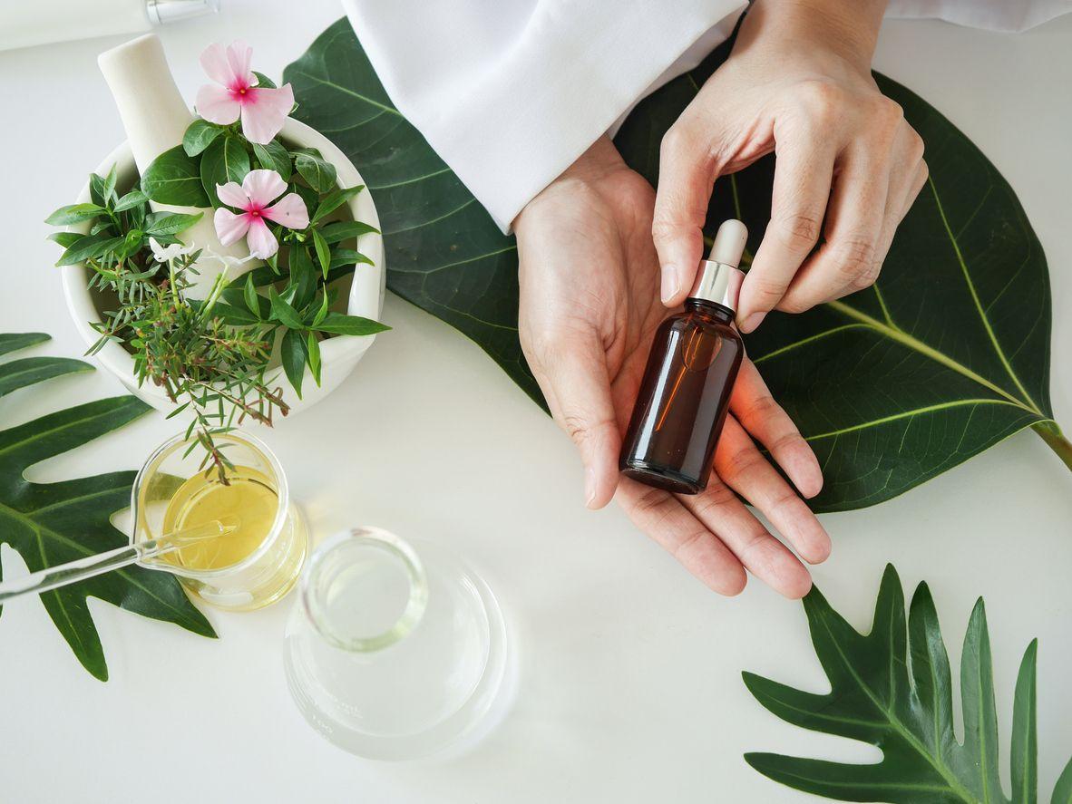 Los aceites esenciales 100% naturales procedentes de las plantas aportan múltiples beneficios a la piel.
