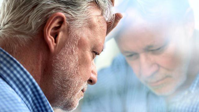 Hombre que sufre los síntomas del Alzheimer.