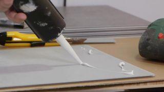 Cómo ajustar una loseta de PVC a la pared