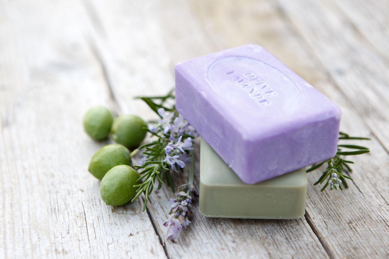 Los jabones y champús naturales en formato sólido además de cuidar nuestra piel, también son respetuosos con el medio ambiente.