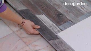 Colocar lamas de PVC en suelo de baño (zonas difíciles) - Paso 6