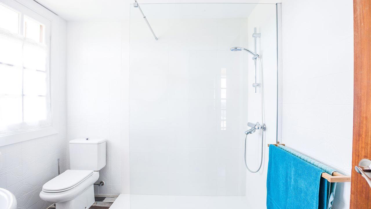 pintar pared de azulejos de baño luminoso con toques marineros