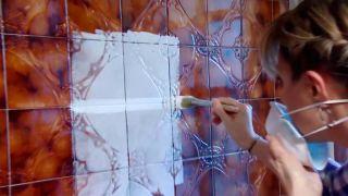 Cómo preparar la pared de azulejos antes de pintar paso 4