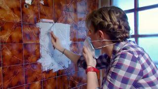 Cómo preparar la pared de azulejos antes de pintar paso 3