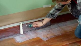 Cómo pintar suelo y zócalos de madera de un dormitorio - Paso 2