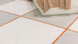 Cómo pintar un suelo de madera con diseño de rombos - Paso 4