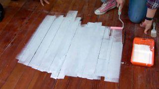 Cómo pintar un suelo de madera con diseño de rombos - Paso 1