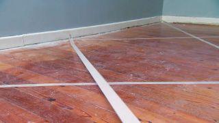 Cómo pintar un suelo de madera con diseño de rombos - Paso 2