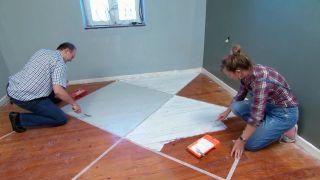 Cómo pintar un suelo de madera con diseño de rombos - Paso 3