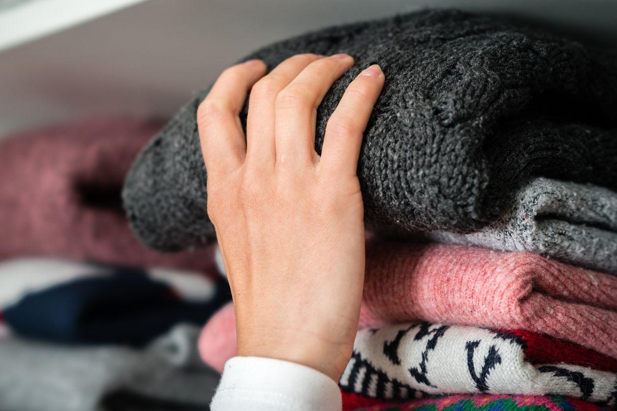 Dobla los jerséis y cuelga los vestidos y camisas en perchas acolchadas para evitar que se deformen.