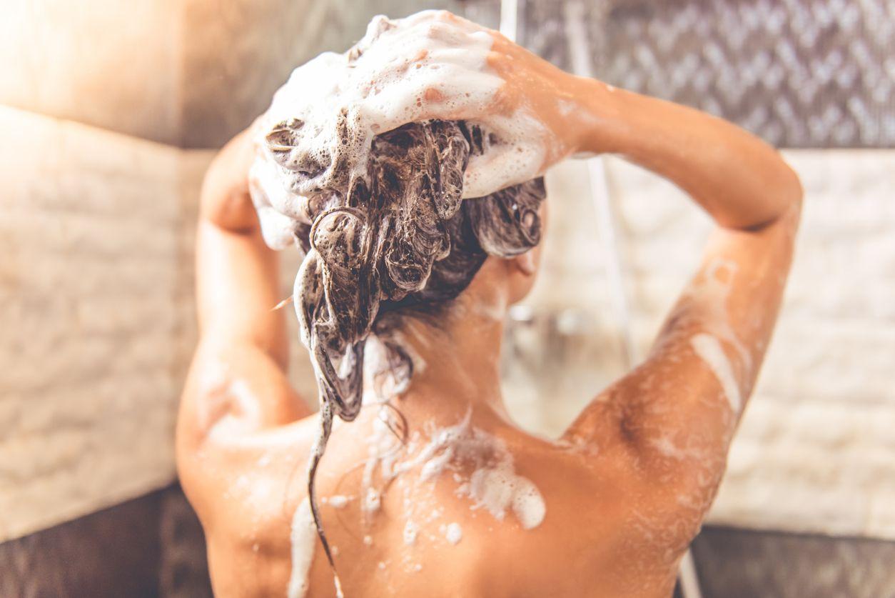 Lavar el pelo en profundidad realizando masajes circulares en el cuero cabelluda para mejorar la circulación.