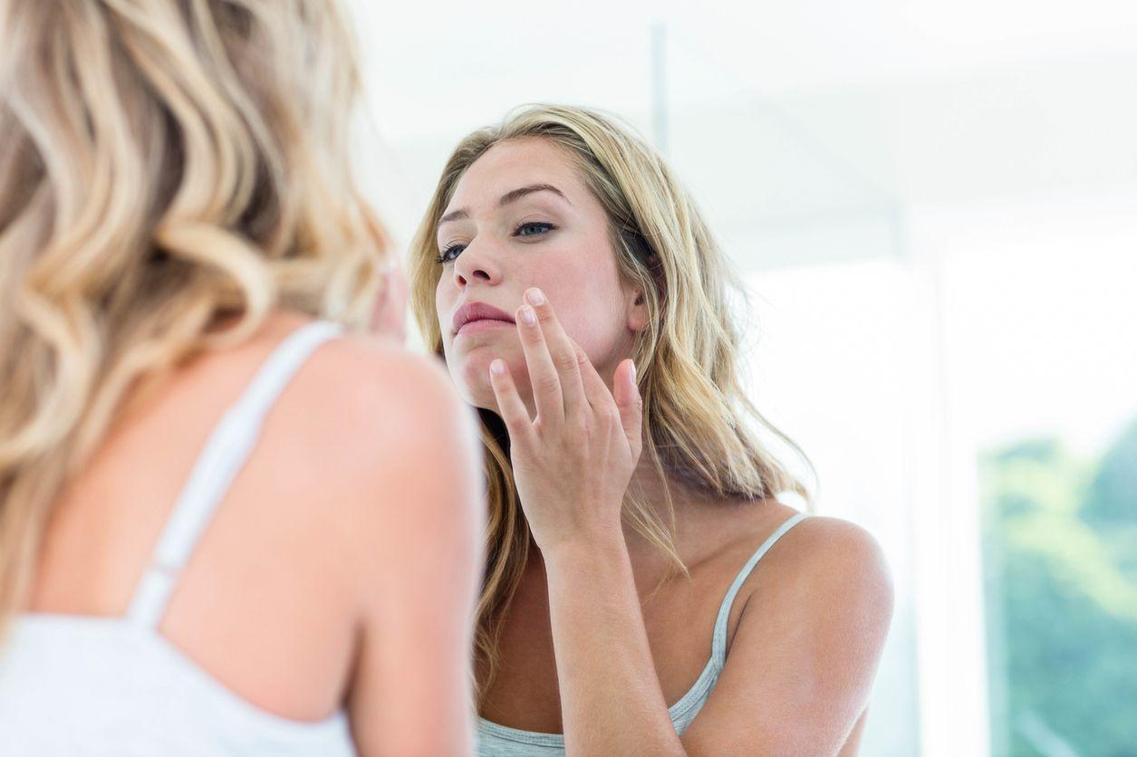 Tomar el sol en exceso o sin la protección adecuada favorece el envejecimiento y la aparición de manchas en la piel.