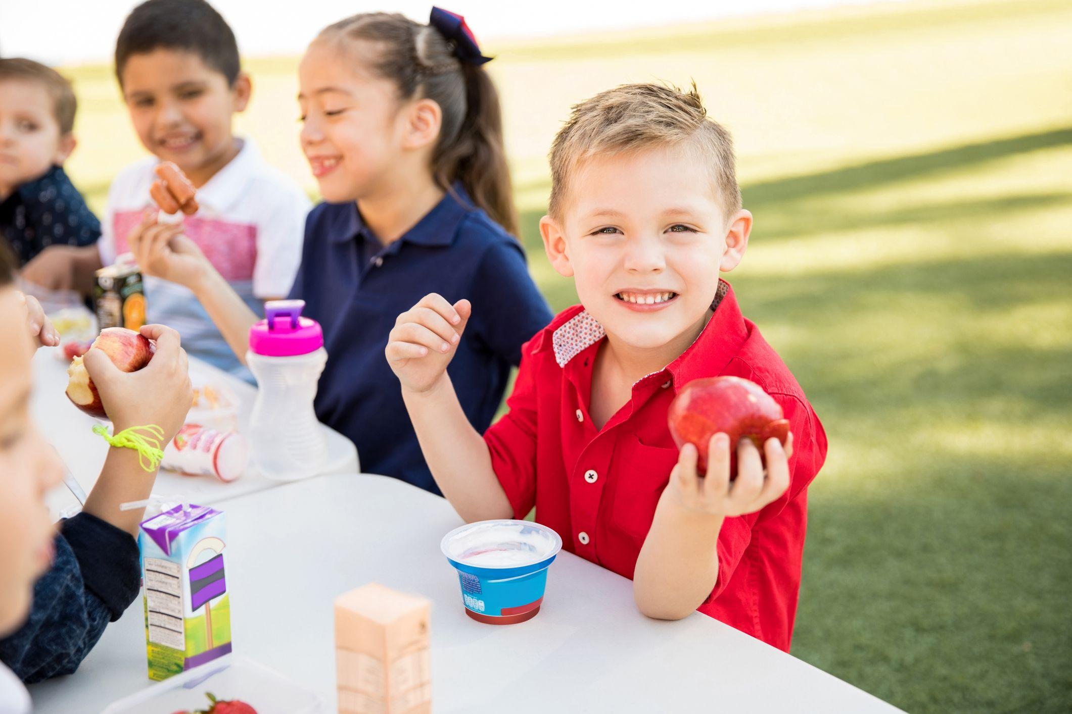 Acompaña fruta con un yoghurt natural y dale a tus hijos una merienda sana y nutritiva.