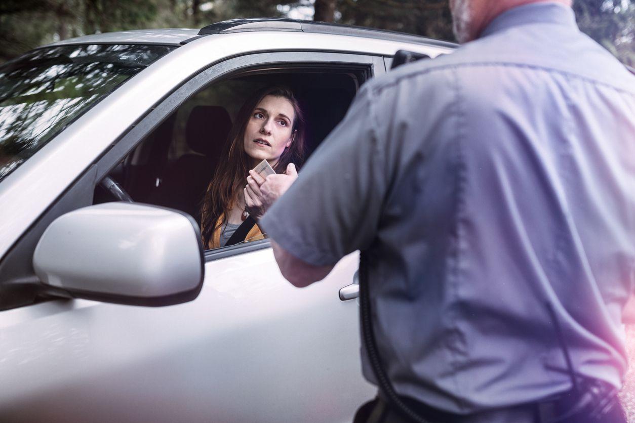 Policía pone una multa a una conductora.