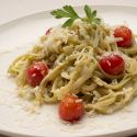 Pasta con aguacate y tomates cherrys