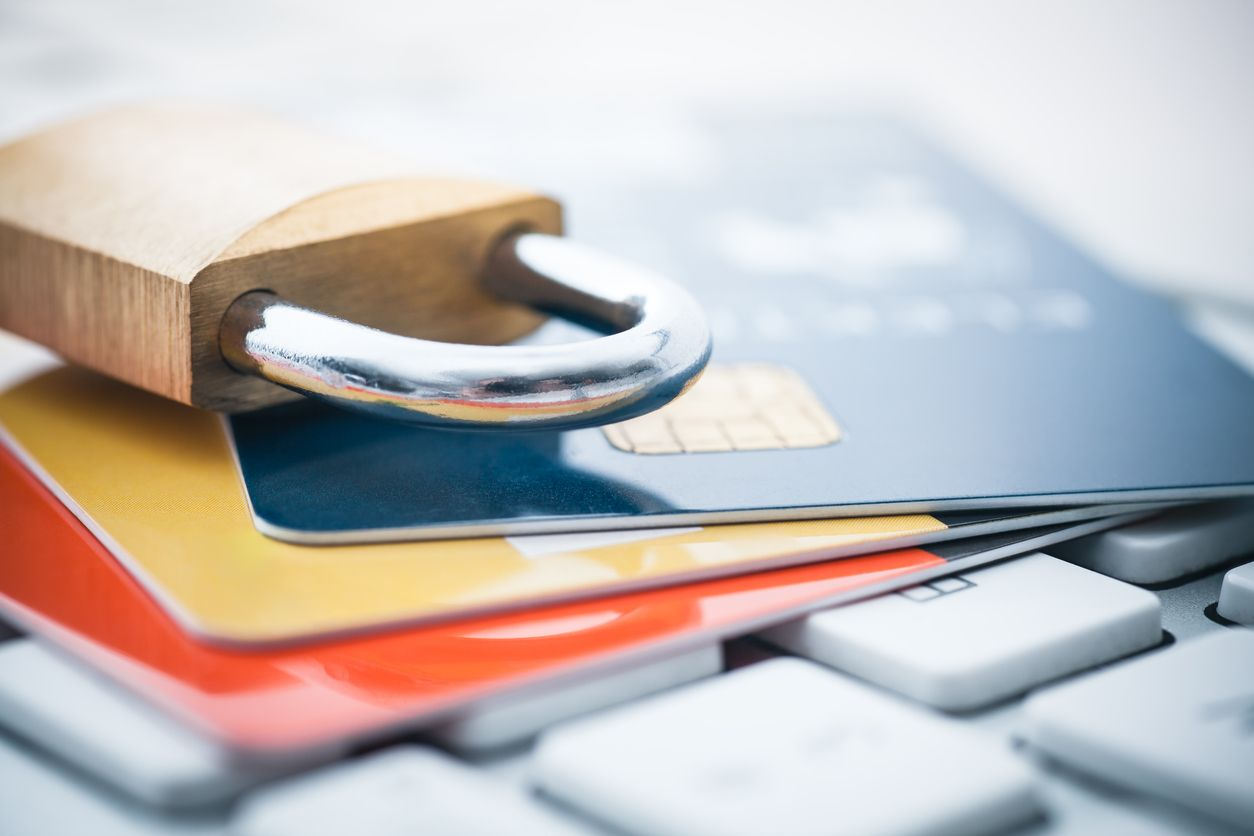 Medidas de seguridad y bloqueo de tarjetas de crédito.