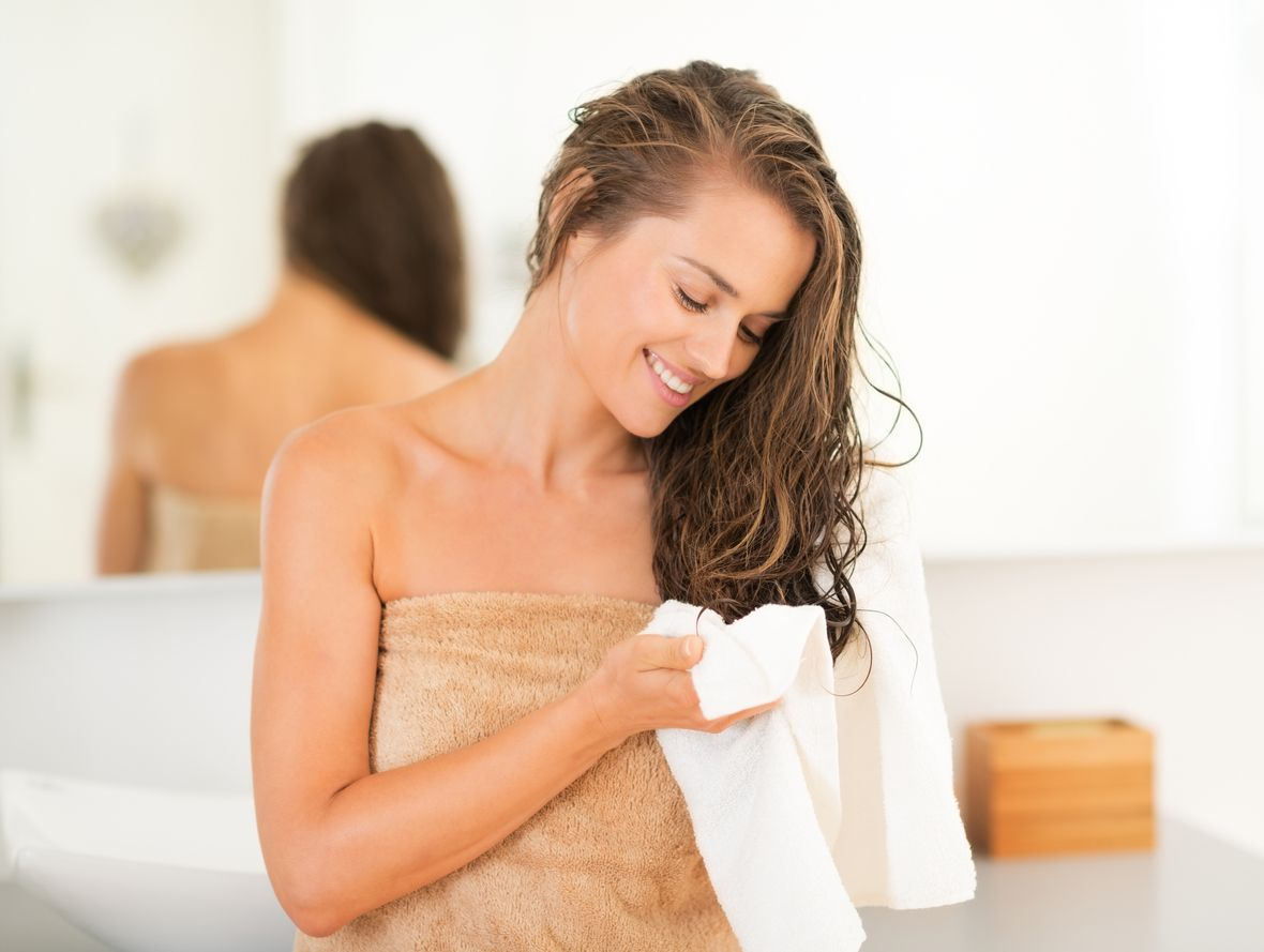 Elimina el exceso de humedad con una toalla e intenta utilizar el secador lo menos posible, sin acercarlo demasiado al cabello.