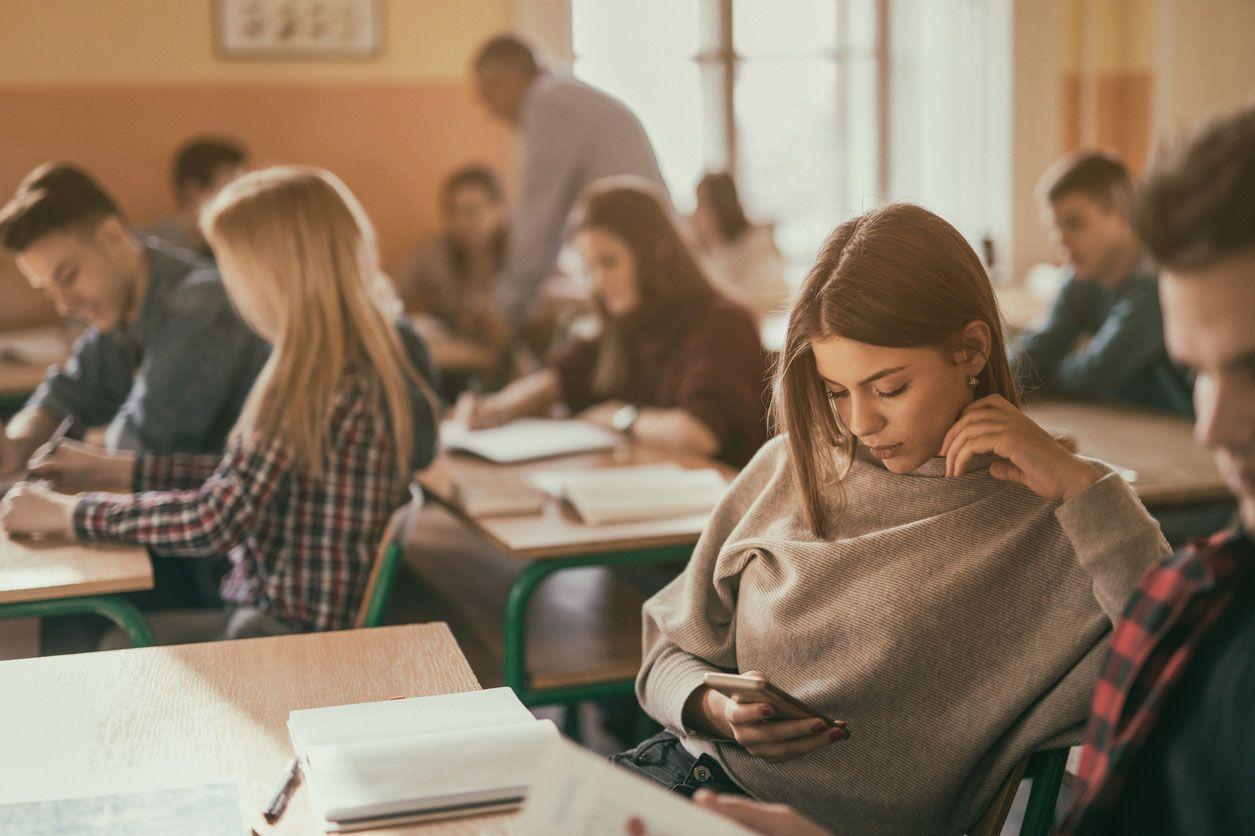 Utilizar el móvil en la universidad.