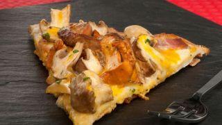 Pizza de setas, foie y yema de huevo