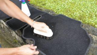 Cómo limpiar la tapicería del coche - Limpiar alfombrillas
