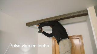 Cómo colocar una falsa viga en el techo - Paso 10
