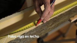 Cómo colocar una falsa viga en el techo - Paso 2