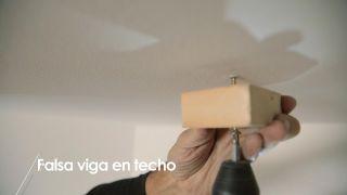 Cómo colocar una falsa viga en el techo - Paso 8