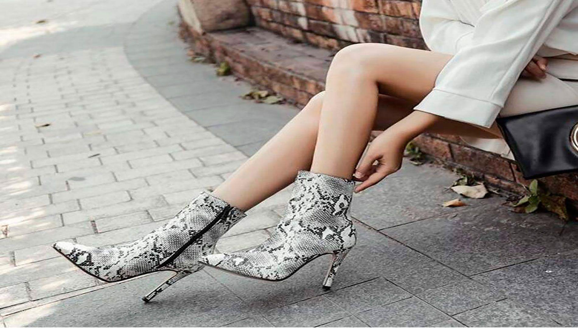 Botas de punta con estampado de piel de serpiente.