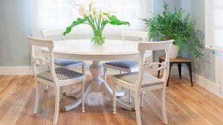 Cómo pintar una mesa de comedor de madera en blanco - Paso 5