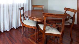 Cómo pintar una mesa de comedor de madera en blanco - Paso 1