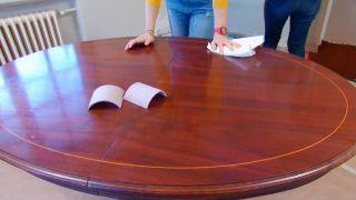 Cómo pintar una mesa de comedor de madera en blanco - Paso 2