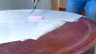 Cómo pintar una mesa de comedor de madera en blanco - Paso 3