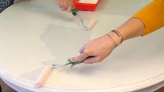 Cómo pintar una mesa de comedor de madera en blanco - Paso 4