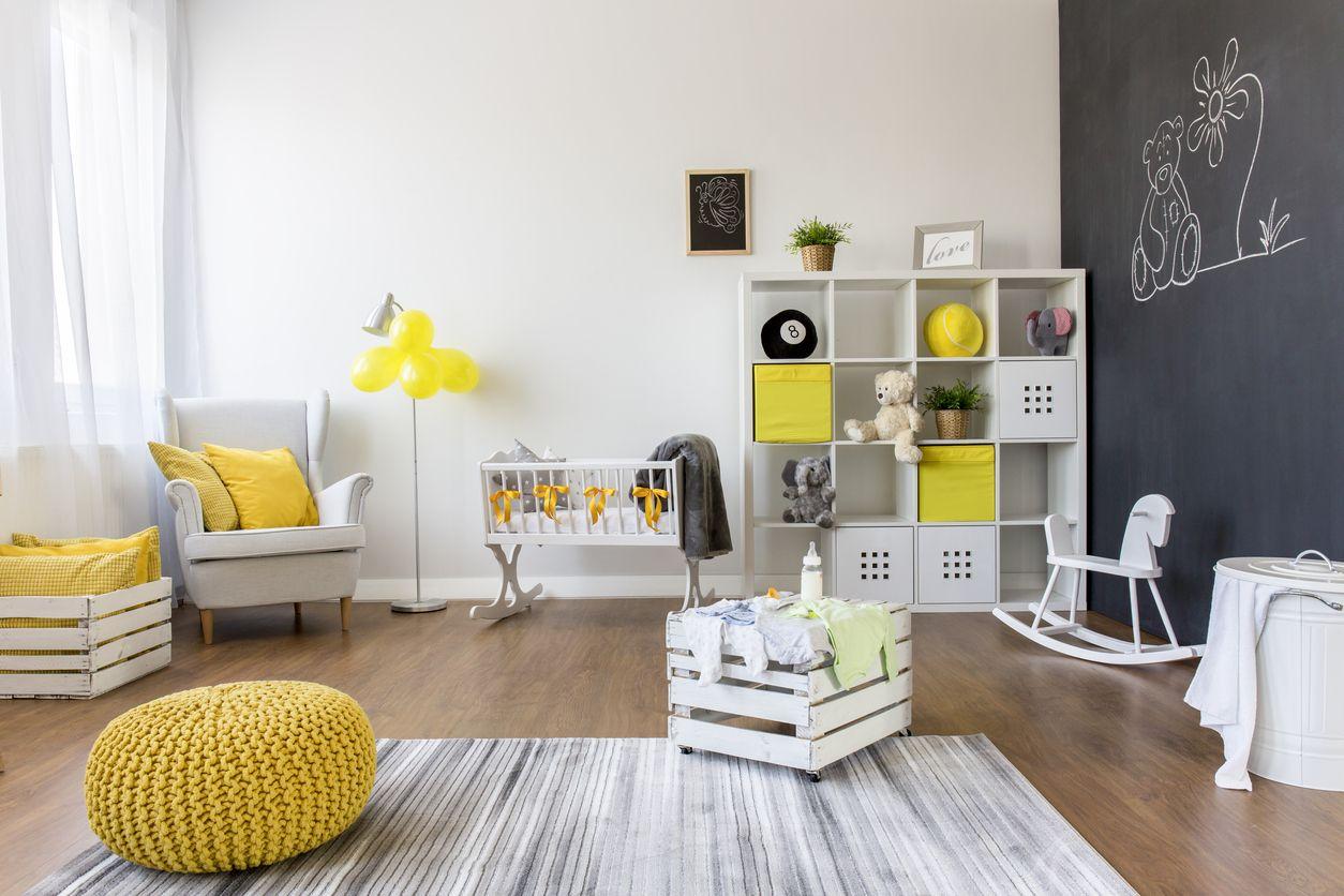 Decoración de habitación infantil con pared de pizarra.