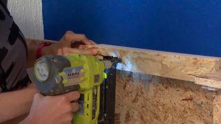 decorar pared de dormitorio con friso de OSB iluminado - paso 6