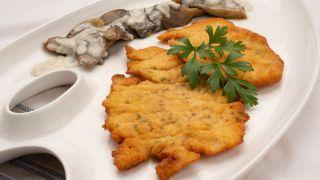 Filetes de pavo empanados con setas al Roquefort