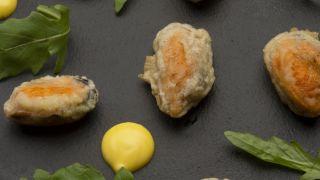 Mejillones en tempura con mahonesa de azafrán