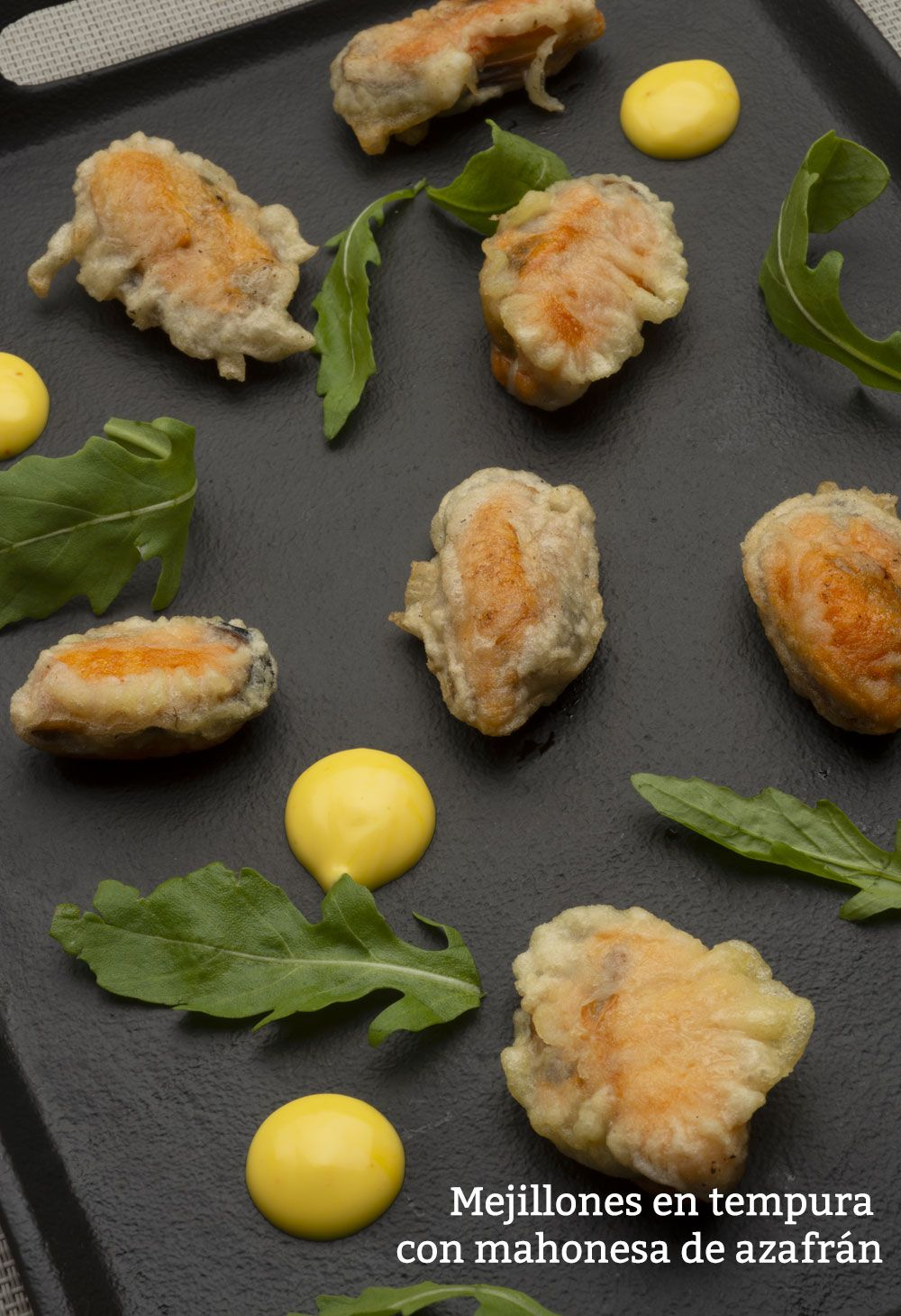 Mejillones en tempura con mahonesa de azafrán.
