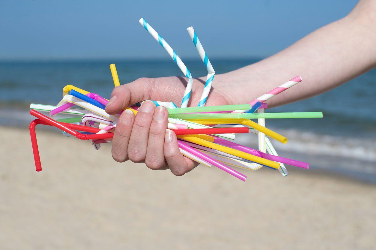 Las pajitas de plástico no son reciclables y contaminan el medio ambiente.