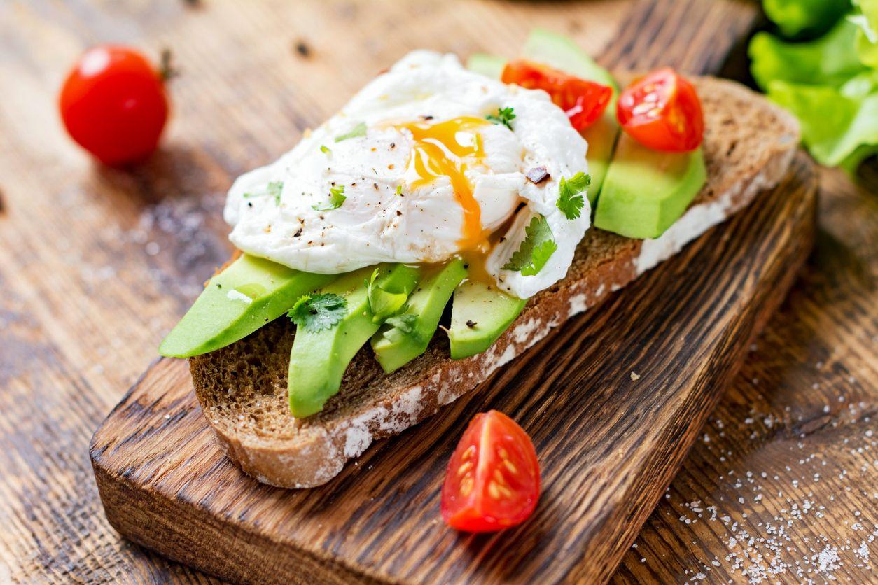 Tostada saludable de pan integral, huevo escalfado y aguacate.