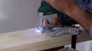 Cómo hacer una lámpara con un listón de madera - Paso 3