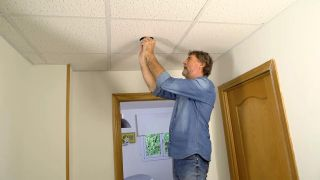 Cómo colocar un techo aislante acústico