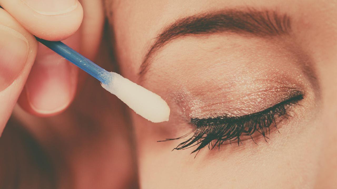 Usa un bastoncillo con un poco de agua micelar para borrar pequeñas imperfecciones en tu eyeliner.