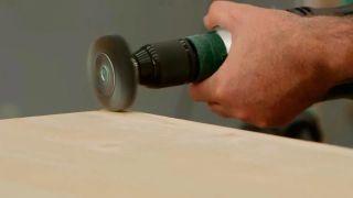 Cómo envejecer la madera con un cepillo de púas - Paso 3