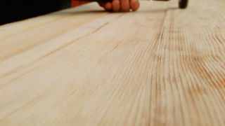 Cómo envejecer la madera con un cepillo de púas  - Paso 4