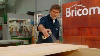 Cómo envejecer la madera con un cepillo de púas  - Paso 5
