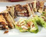Sándwich tostado de jamón ibérico y ensalada.