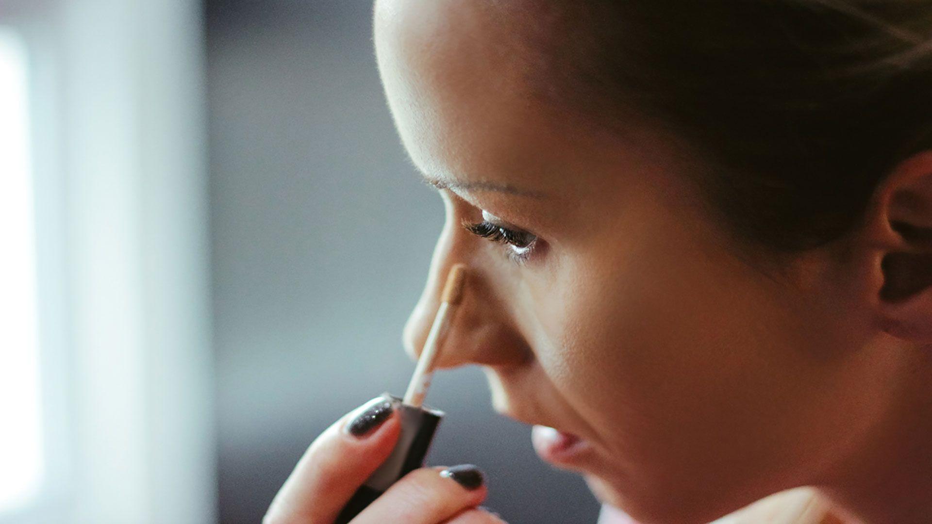 Aplica un poco de corrector en la zona de las ojeras y para disimular cualquier imperfección.
